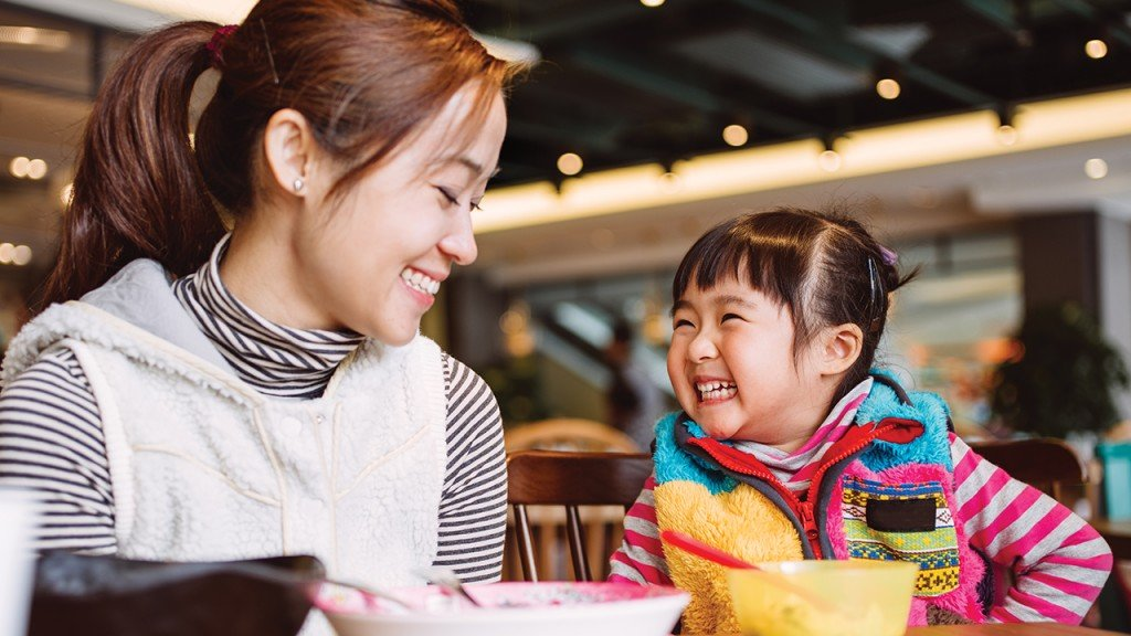 Дочка улыбается маме