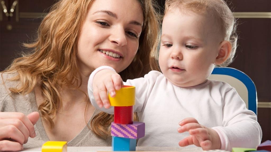 Ребенок собирает пирамидку