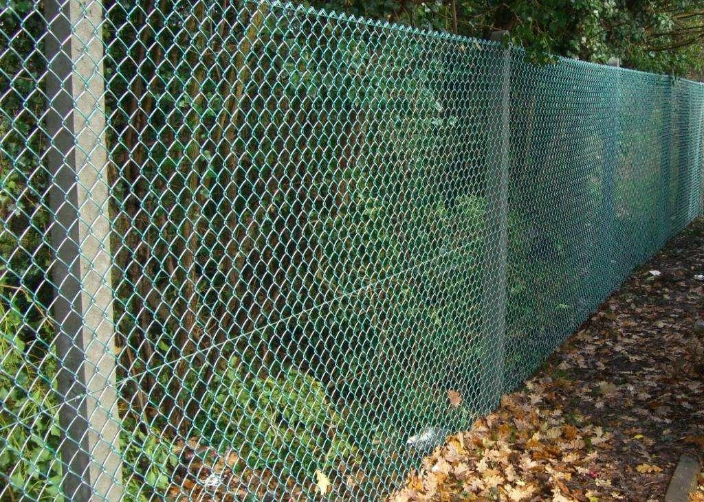 Как сделать забор из сетки рабицы? Столбы для забора