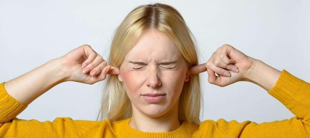 Почему звенит в ушах и голове?