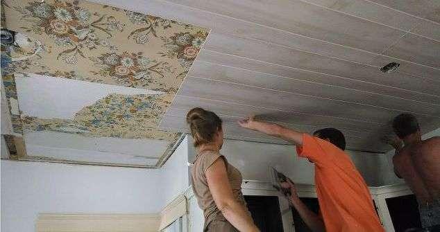 Потолок из пластиковых панелей в комнате