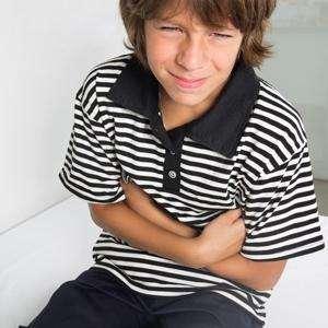 У ребенка болит живот в области пупка: причины и первая помощь