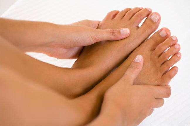 Почему сводит палец на ноге?